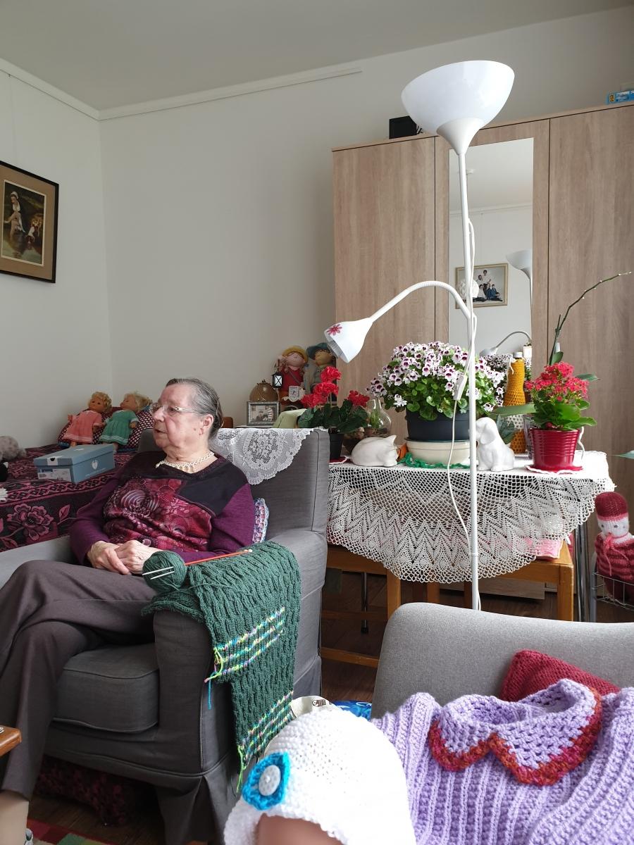 Tante Jo heeft een gezellige kamer in het bejaardenhuis.