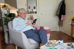 Papa zoekt iets op in de galerij van zijn telefoon.