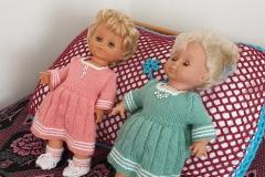 De jurkjes van deze poppen heb ik gebreid.
